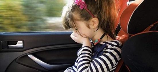 укачивает ребенка в автомобиле